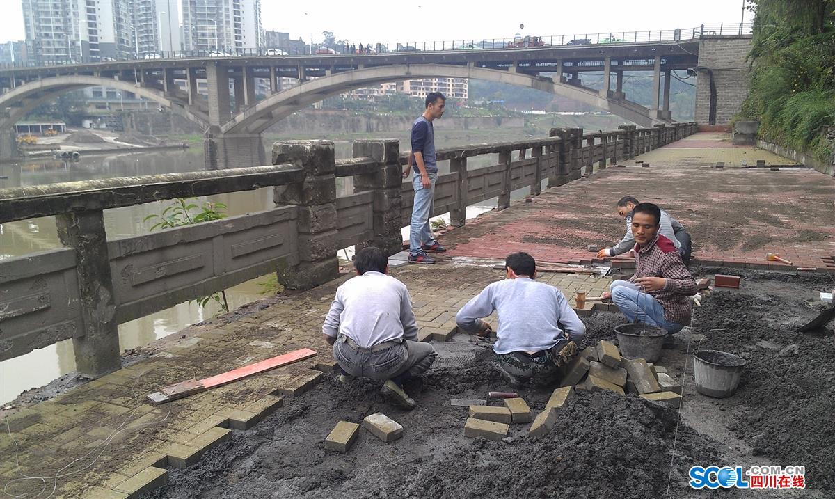 龙梦)核心提示:老城区滨河路整治工程由塔沱广场连接至红旗大桥,施工